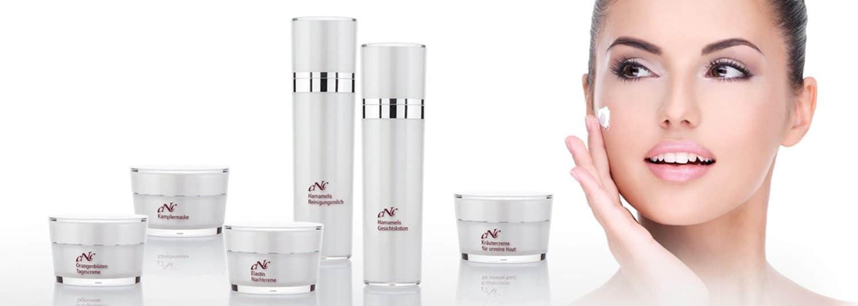 Gesichtsbehandlung in der Kosmetik und Pflegeprodukte für die Kosmetikbehandlung